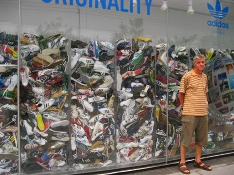 bed1818731854 Turista faz pose em frente à vitrine com milhares de tênis