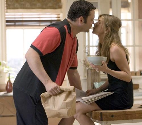 d8b7f447c O ator, que manteve uma longa relação com a atriz Jennifer Aniston depois  dela se divorciar de Brad Pitt, conheceu sua atual esposa em Los Angeles.