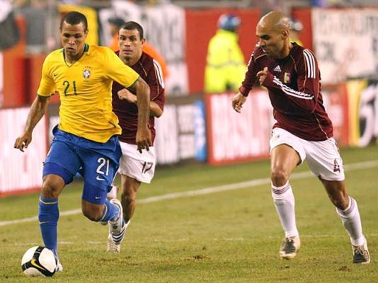 Luis Fabiano tranqüilo para ser o dono da camisa 9. Foto  CBFNews deb48a8cdba3a
