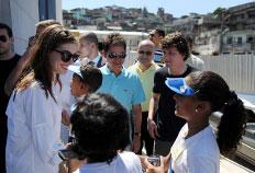 Anne Hathaway e Jesse Eisenberg cumprimentaram moradores do Complexo do Alemão - Vanderlei Almeida