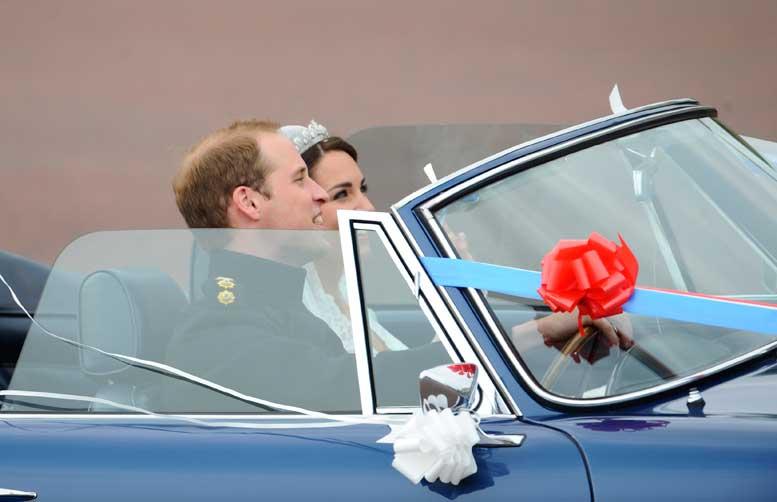 O casal real acenou para o público presente nos arredores do Palácio de Buckingham:imagem 42