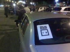 Manifestantes distribuíram cartazes afirmando que a população tem de fazer algo contra o aumento da gasolina e exercer seu direito de protesto - Felipe Pereira / Agência RBS