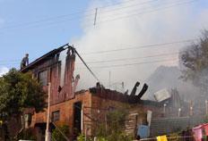 A residência que incendiou era mista, de tijolos no pavimento inferior e de madeira na parte de cima - Roni Rigon