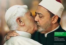 Em fotomontagem, Papa Bento XVI beija na boca o imã sunita de Al Azhar-Benetton, Divulgação
