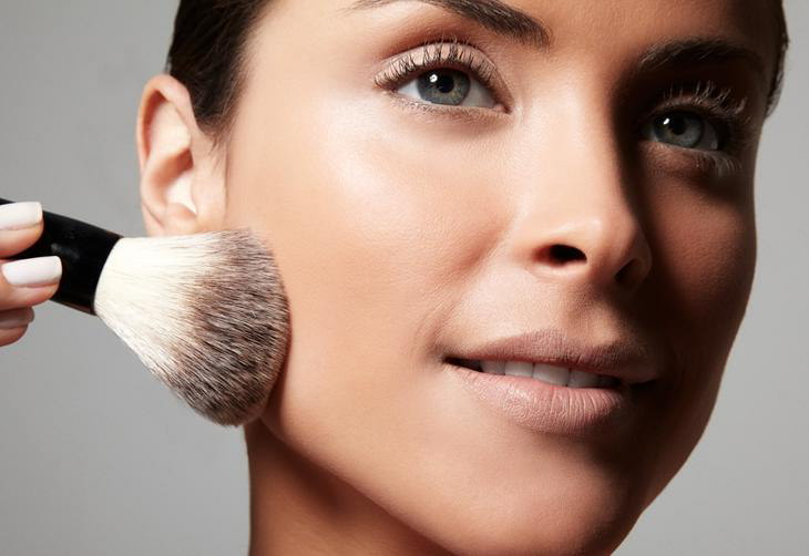 O pó ajuda a fixar os produtos que serão aplicados depois e deixa a pele com um acabamento aveludado. Recomendado principalmente para as peles mistas e oleosas. Uma leve camada depois da base é o suficiente:imagem 2