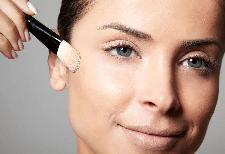 Preparação da pele: Primeiro, aplique a base com as pontas dos dedos ou pincel próprio. Dica: para peles oleosas, use uma base líquida e levinha. Já as mistas se adaptam bem com as fluidas. Quem tem pele seca pode usar os produtos em creme  :imagem 1