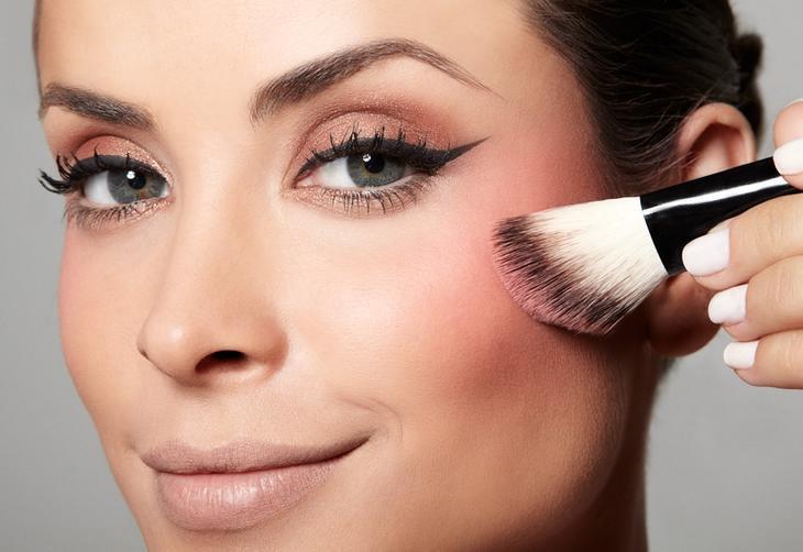 Aplique um pouco de blush rosa no rosto e espalhe com suaves batidinhas de dedo:imagem 6