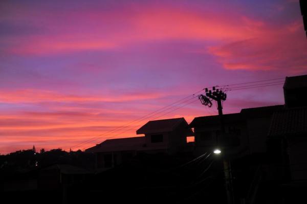 Em Blumenau, amanhecer foi marcado por céu nublado e colorido