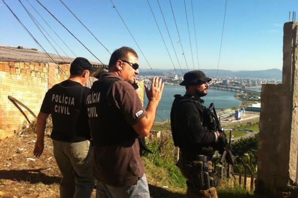 Segundo policiais da 1ª DP, Fernanda subiu o morro há menos de um mês procurando o irmão, viciado em cocaína