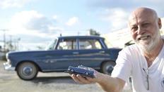 Gilmar, 56 anos, tem uma coleção de 12 carros fabricados entre 1920 e 1980-Cleber Gomes/Agencia RBS