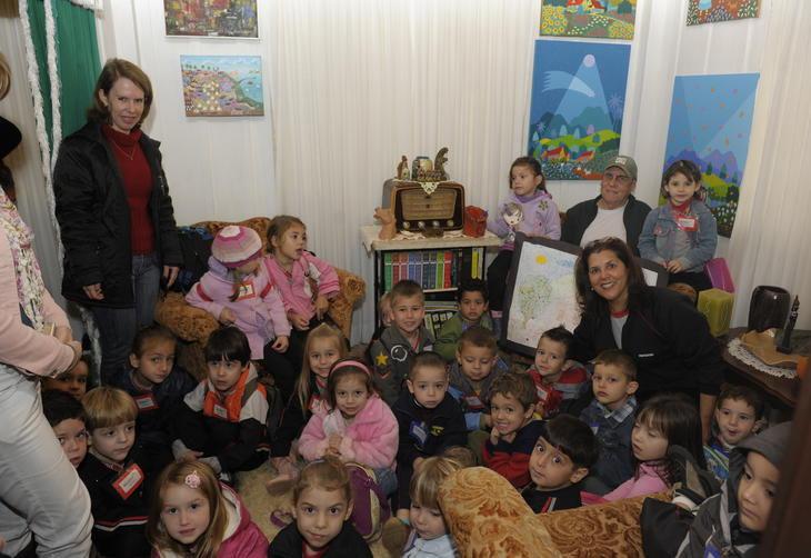 A professora Eliana Tominho ficou admirada ao conhecer a casa do artista:imagem 2