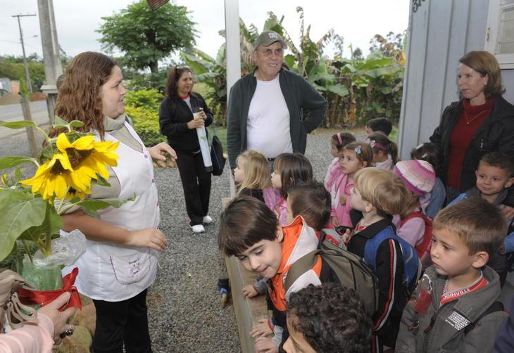 """Inspiradas na obra """"Campo de Girassóis"""", crianças  cultivaram sementes que representariam o agradecimento pela receptividade do artista plástico:imagem 8"""
