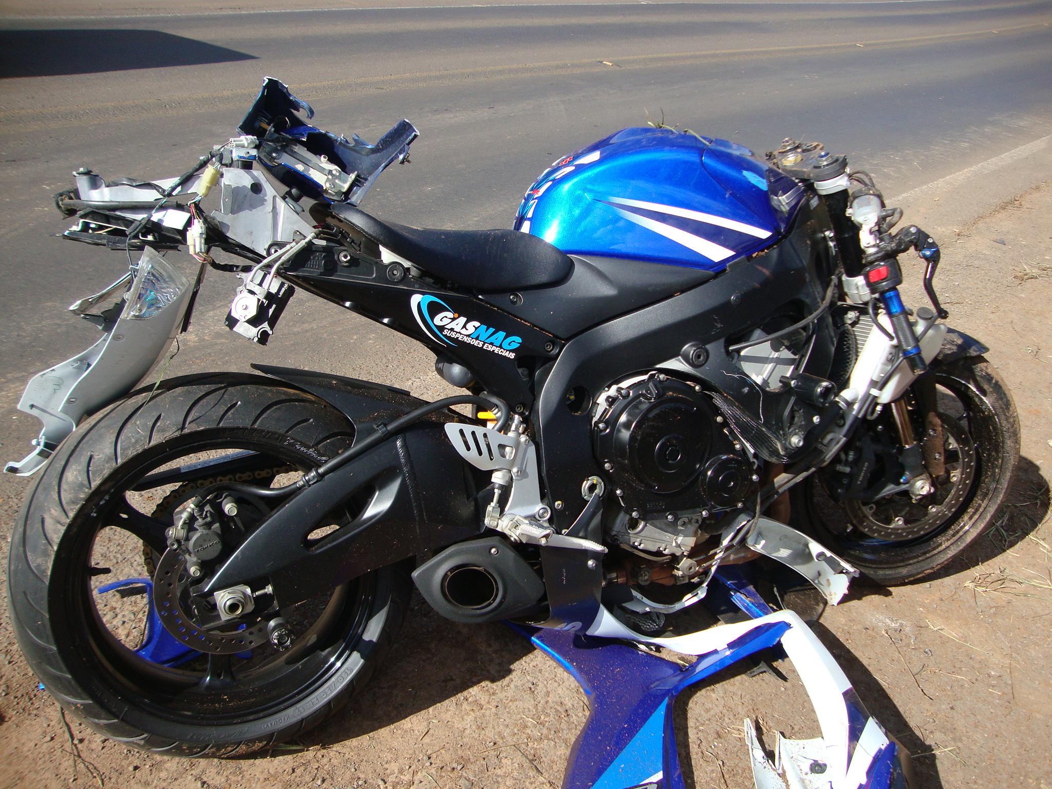 Impacto foi t 227 o forte que as motos bateram em um barranco na pista de