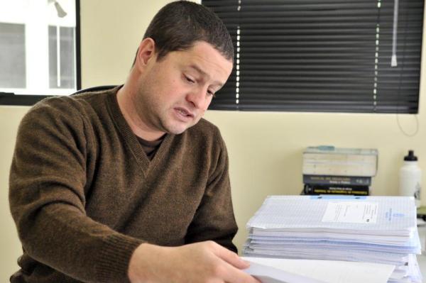 Delegado Jeferson Prado Costa mostra os processos envolvendo a quadrilha