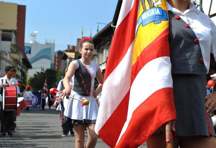 Desfile na Rua XV de Novembro teve 20 bandas e fanfarras, 10 carros alegóricos e reuniu mais de mil espectadores  :imagem 7