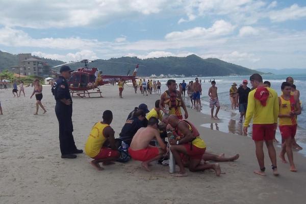 Helicóptero Arcanjo faz o resgate na praia da Palmas