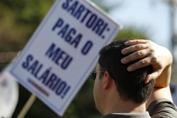 Após confirmação do parcelamento, servidores fizeram manifestação nesta sexta-feira