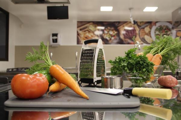 As duas marcas foram convidadas a rechear a cozinha pedagógica da instituição com 250 itens