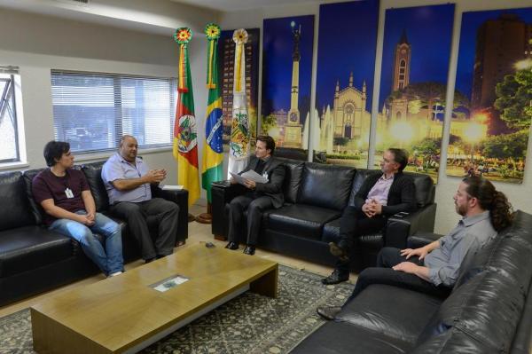 Walter (segundo à esquerda) esteve com prefeito, vereadores e coordenador de Relações Comunitárias e comunicou que não deixarão prédio