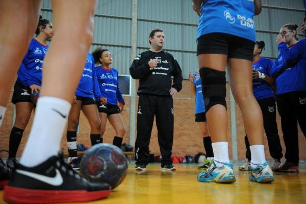 Técnico Gabriel Citton espera que torcida compareça para ajudar as meninas da Apahand contra o Guarulhos