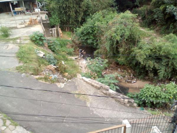 Muro de contenção no bairro Nonoai desabou em março e está arrastando trecho de asfalto para dentro de arroio