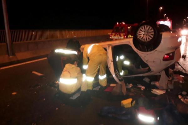 Vítima precisou ser retirada de dentro do veículo pelos socorristas