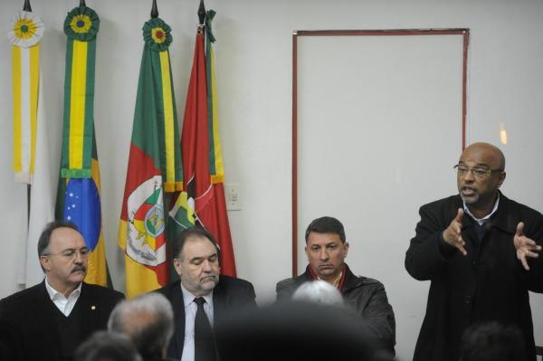Mauro disputa com Feldmann (terceiro da esquerda para a direita) e Búrigo (segundo da esquerda para a direita) disputa com Edson