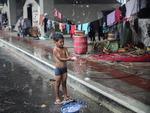 Índios acampados em terminal abandonado de Florianópolis