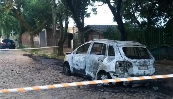 Carro foi encontrado incendiado em rua residencial do bairro Jardim Carvalho
