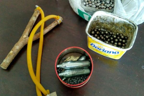 Polícia apreendeu estilingue e materiais para fabricar bombas caseiras