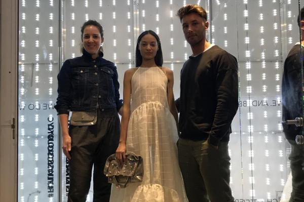 Fernanda e Carlos posam com uma das modelos vestida em look da coleção