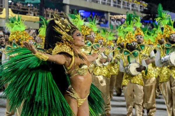 Atriz se apresentou como rainha da bateria da Grande Rio na noite de domingo, mas voltava à Sapucaí para assistir aos outros desfiles