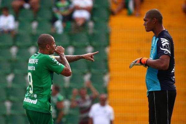Wellington Paulista marca os dois da vitória da Chape sobre o Brusque dentro da grande área e de cabeça