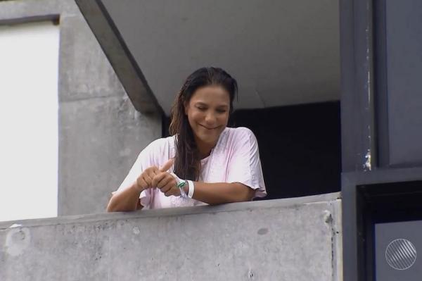 Ivete Sangalo apareceu na varanda do Hospital Aliança, onde está internada desde que deu à luz as gêmeas Marina e Helena