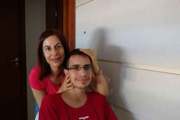 A mãe, Gilceia, mobiliza auxílio para Eduardo