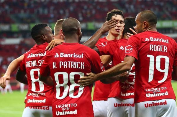 Jogadores comemoram gol contra o Cianorte