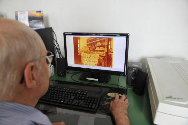 No computador do Arquivo Histórico, ex-contador identifica imagens esquecidas de Blumenau