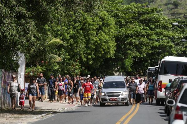 Amigos e familiares saíram em cortejo para sepultar Claudionor Nilton dos Passos