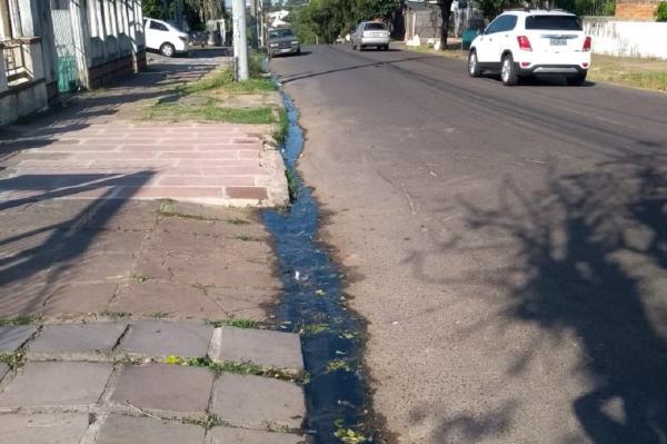 Cheiro ruim e pátios sujos têm sido rotina na via