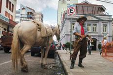 Aposentado deixou o cavalo amarrado em uma das placas indicativas do estacionamento pago-Lauro Alves
