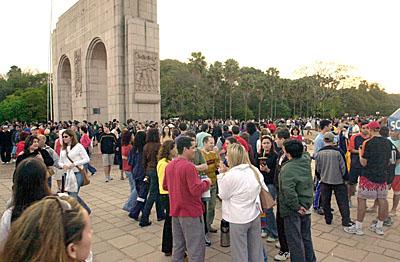 Monumento ao Expedicionário, na Redenção: centenas de pessoas disputaram espaço