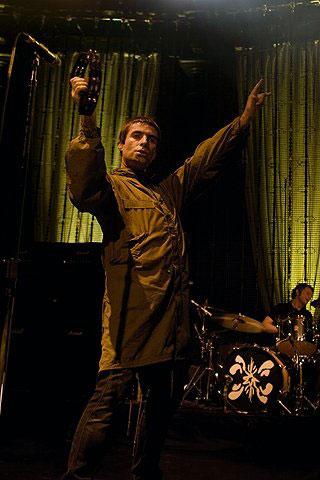 Reza a imprensa britânica que Oasis só é Oasis quando as apresentações são  recheadas de ceninhas 7b3b2f3227b8e