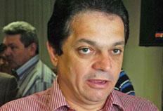 João  Rodrigues teria assinado uma licitação com apenas uma empresa  participante em 1999, quando era prefeito interino de Pinhalzinho, para a  contratação de uma retroescavadeira - Ulisses Job