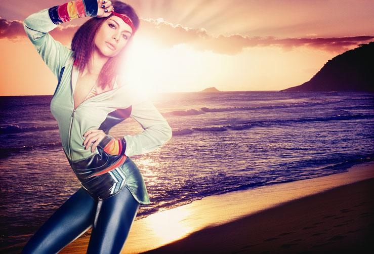 """- """"Baila comigo"""": Alinne Moraes, com figurino de Marie Salles, de """"Viver a Vida"""". Esta é a primeira novela que a figurinista, considerada no meio uma das apostas da nova geração, assume. Alinne foi fotografada no Projac, mas a foto mostra a atriz na praia com lindo pôr-do-sol ao fundo. O look remete ao início da década de 80, que está em alta nos dias de hoje.:imagem 3"""
