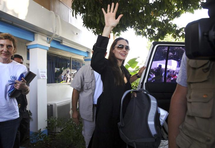 Angelina Jolie passa a noite em base brasileira no Haiti. 7736404