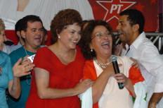Dilma Rousseff, de vermelho, ao lado de Ideli Salvatti, não quis citar o tucano José Serra durante a coletiva em Santa Catarina - Daniel Conzi
