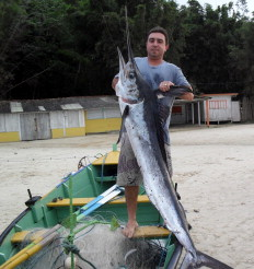 Lourenço mostra o animal, que tem 2,24 metros de comprimento e pesa 27 quilos-Lourenço Valmor dos Santos/Arquivo pessoal