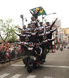 Formada por homens do Batalhão de Polícia do Exército de Brasília (BPEB) em cima de uma moto, a atração é uma combinação de equilíbrio e velocidade-Franco Rodrigues